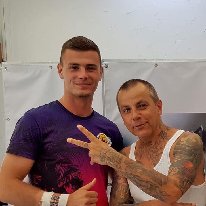 Bojan Lugonja Fußballer mit frisch gestochenem Tattoo