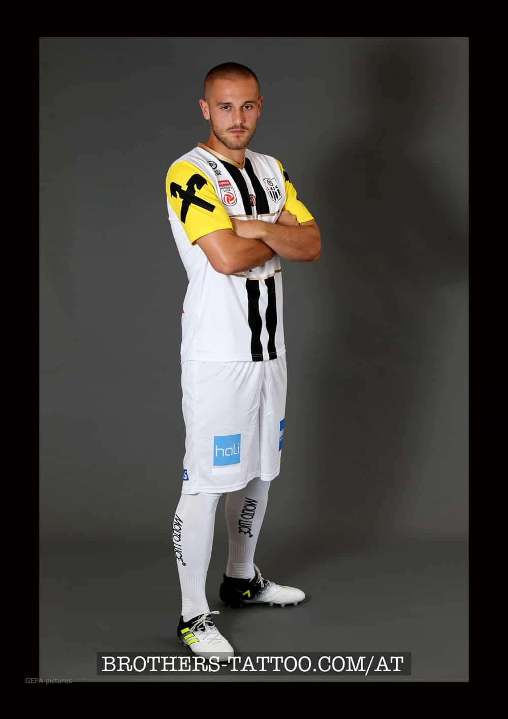 Fussballprofi Lukas Grgic mit Trikot