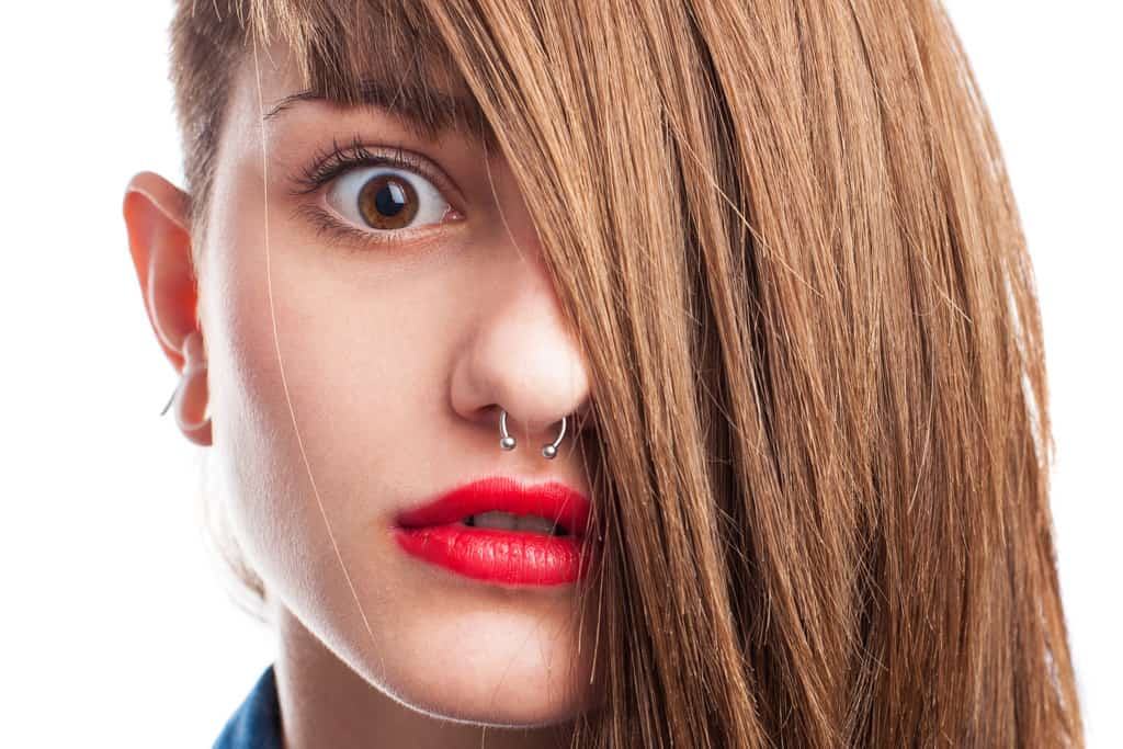 Nasenring Piercing durch eine zierliche Frauennase - gestochen in Linz (2018)