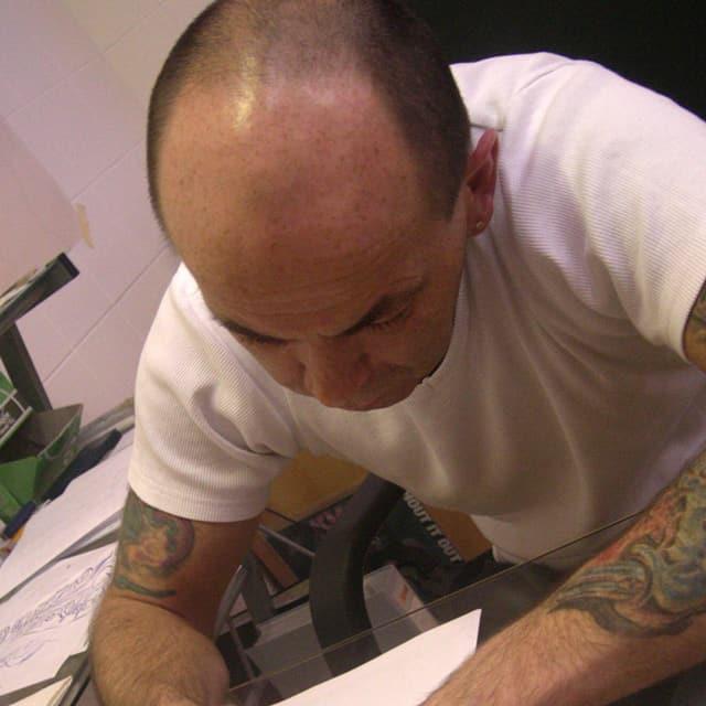 Norbert Riesz ist einer der beiden Tattoo Brothers aus Linz und fürs Piercen und tätowieren zuständig.