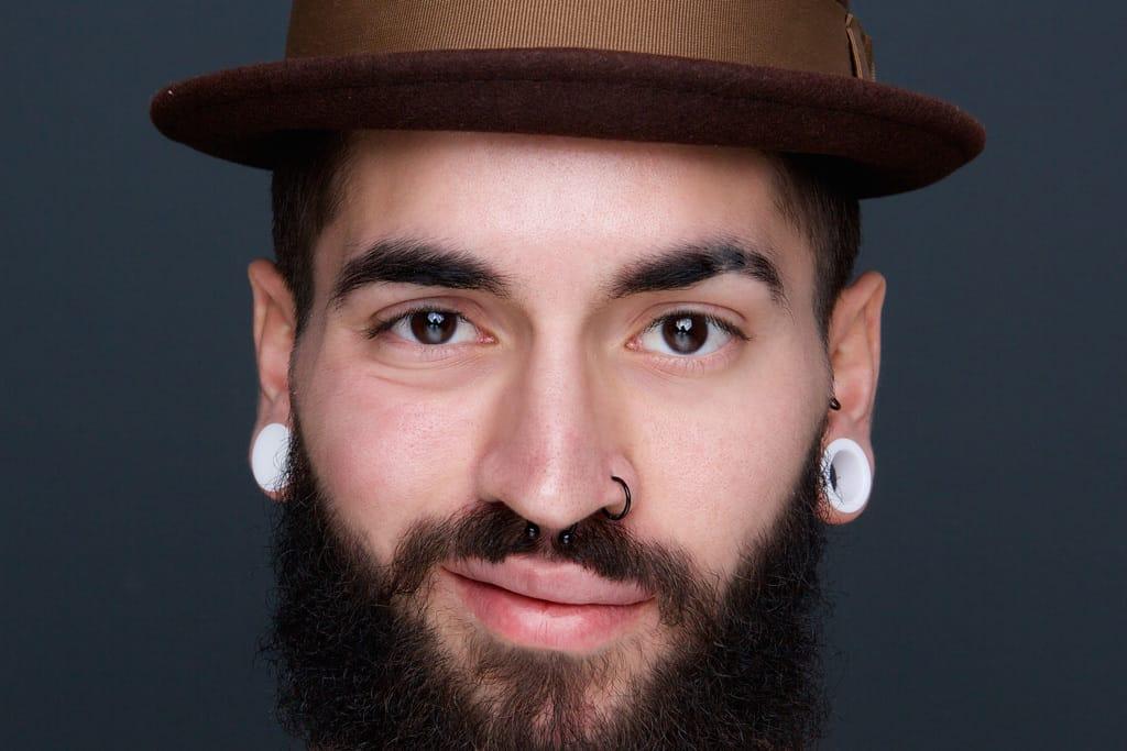 Nasenpiercing und Tribal bei Mann mit Bart, cooler Hipsterlook