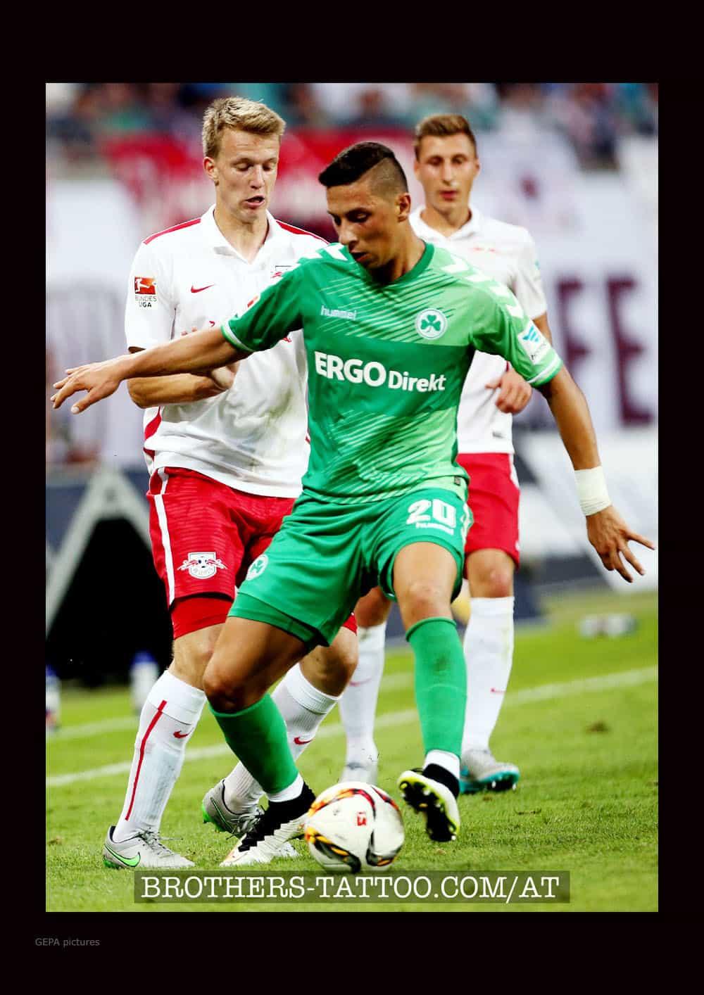 Robert Zulj verteidigt seinen Fussball im Nationalteam