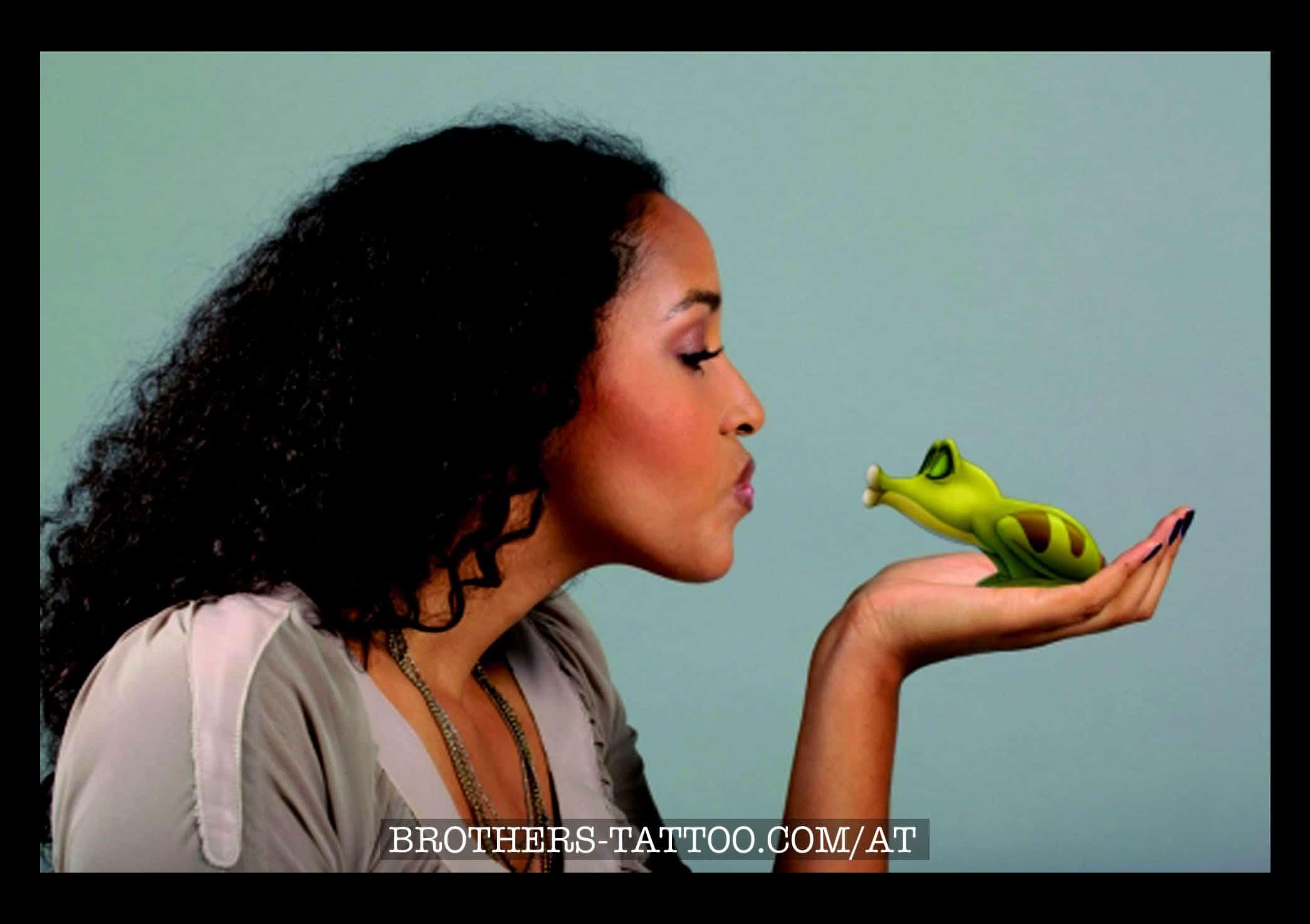 Star Cassandra Steen mit Frosch - Motiv aus Musical