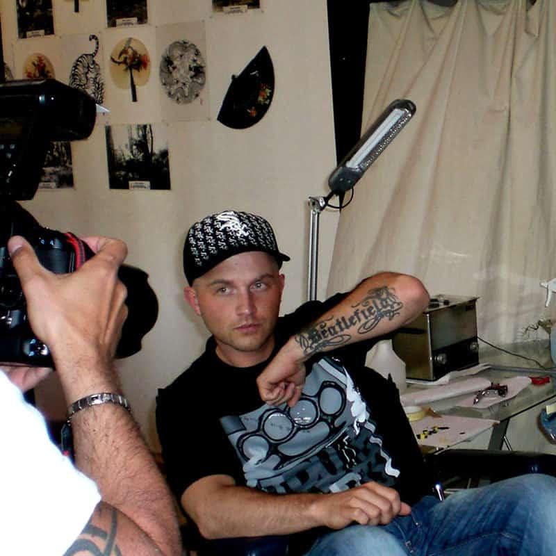 "Chakuza mit Tattoomotiv ""Beatlefield"""